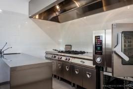 Una cucina professionale dotata di tutti gli accessori più moderni