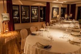 Sala allestita per cena di gala, impreziosita dalle opere pittoriche di Sbisà